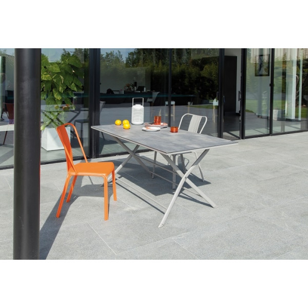 Ensemble repas Table Azuro 160 Taupe + 4 Chaises Azuro PROLOISIRS (2 Taupes / 2 Oranges)